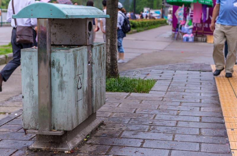 poubelles en parc près de passage couvert image libre de droits