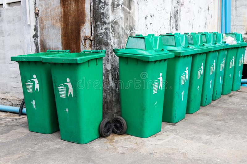 Poubelles vertes de déchets image libre de droits