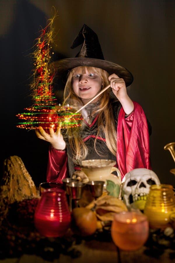 Pouca bruxa de Dia das Bruxas pronunciada conjura palavras mágicas fotografia de stock