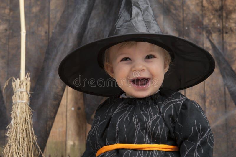 Pouca bruxa do Dia das Bruxas foto de stock