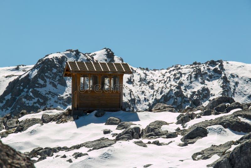Pouca cabana na escala de montanha alta fotos de stock royalty free