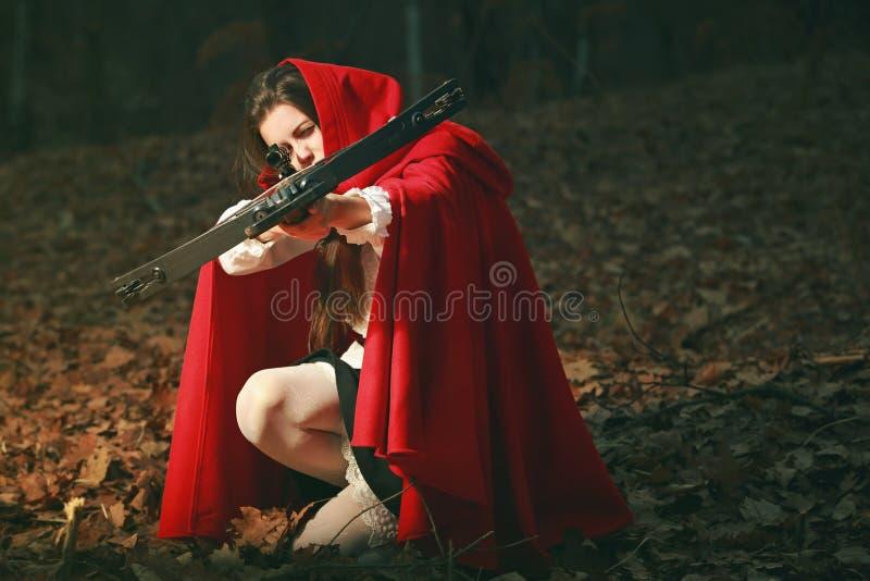 Pouca capa de equitação vermelha que aponta com besta foto de stock
