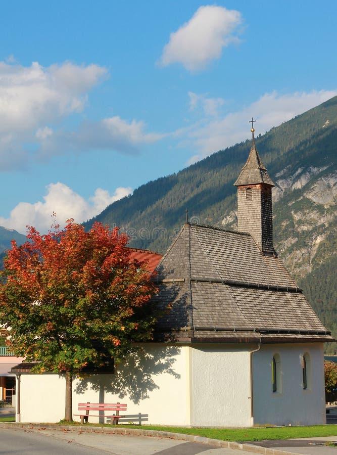 Pouca capela na vila, Áustria fotos de stock