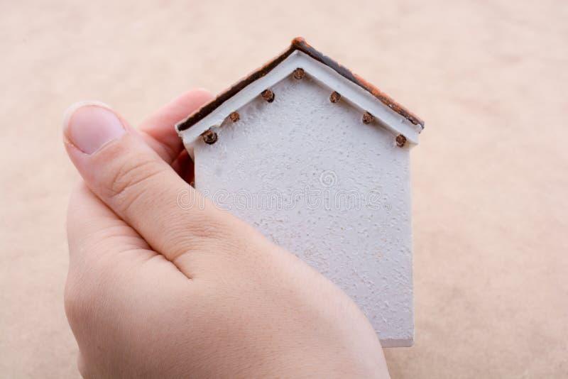 Pouca casa modelo e uma m?o imagens de stock