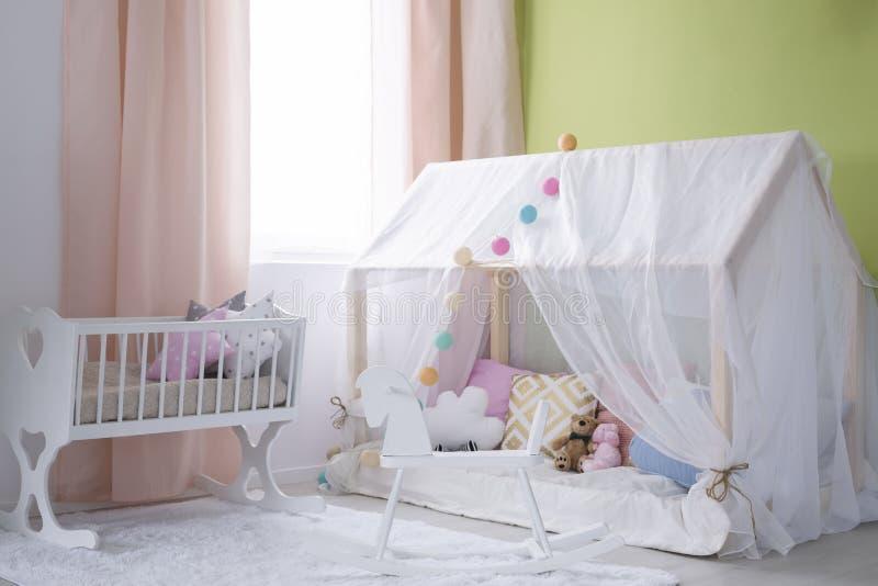 Pouca casa para o bebê fotos de stock royalty free