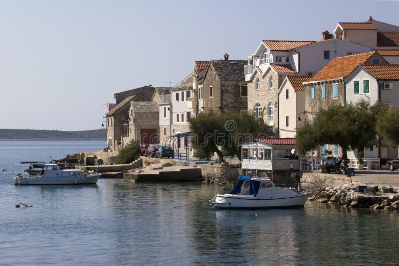 Pouca cidade turística Primosten na costa Dalmatian na Croácia foto de stock royalty free