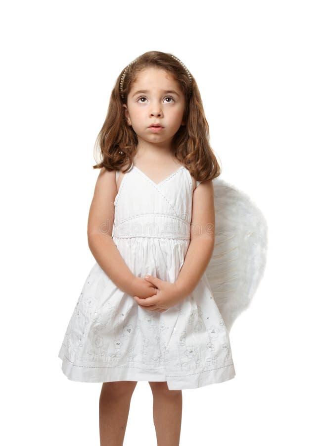 Pouca criança do anjo que olha serenely ao céu fotos de stock