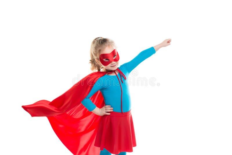Pouca criança do super-herói do poder (menina) em uma capa de chuva vermelha fotografia de stock