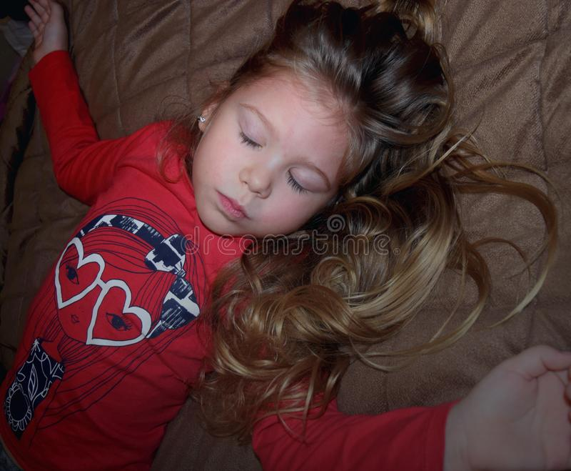 Pouca criança fechou seus olhos, rezando, sonhando no quarto imagens de stock royalty free
