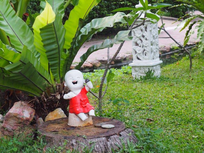 Pouca estátua da Buda no jardim tailandês, Koh Samui fotos de stock