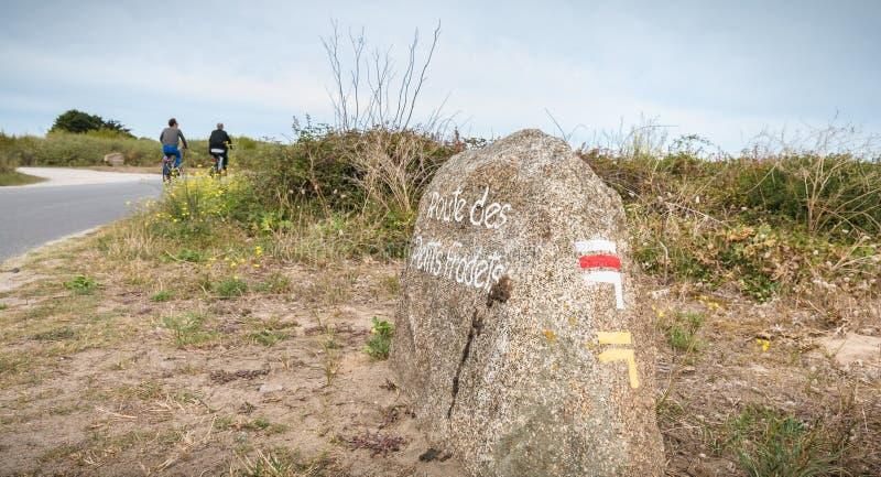 Pouca estrada de Fradets pintou em uma grande pedra que indica um trajeto de caminhada foto de stock royalty free
