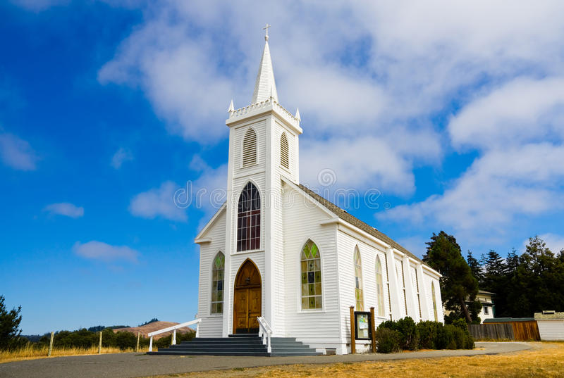 Pouca igreja branca imagem de stock