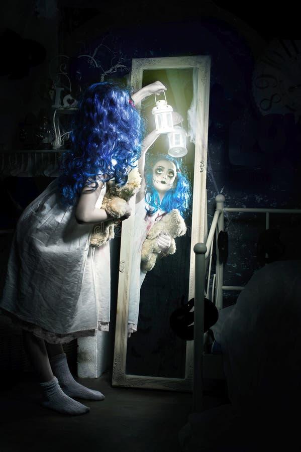 Pouca menina azul assustador do cabelo com lanterna imagem de stock