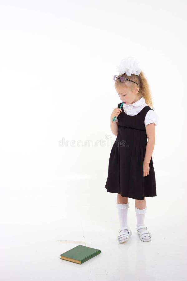 Pouca menina da escola infeliz Ódio que vai à escola De volta ao conceito da escola foto de stock