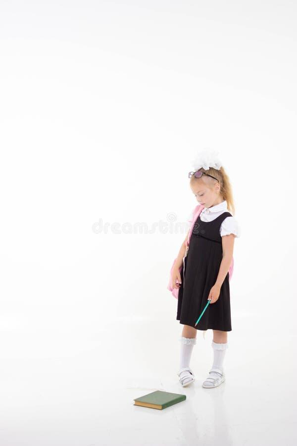 Pouca menina da escola infeliz Ódio que vai à escola De volta ao conceito da escola fotos de stock