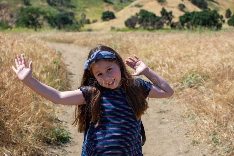 Pouca menina de latina está feliz na fuga no parque nacional imagem de stock