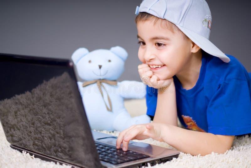 Pouca menina do computador imagens de stock royalty free