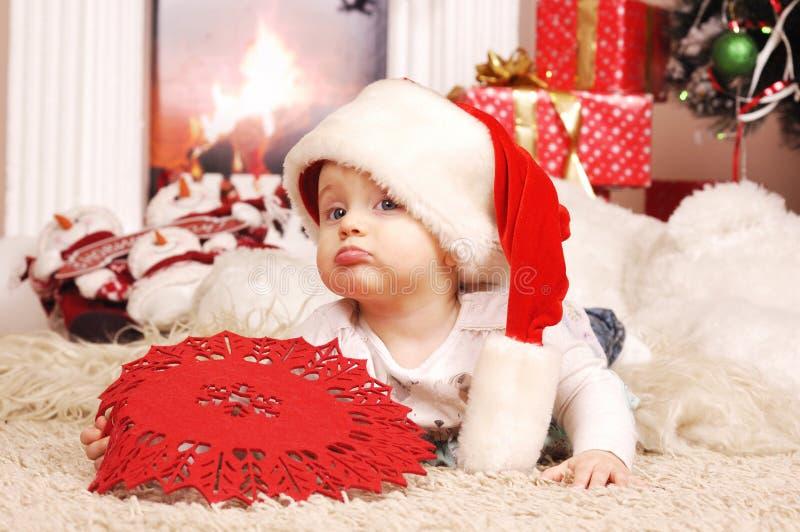 Pouca menina do Natal feliz no chapéu de Santa fotografia de stock royalty free