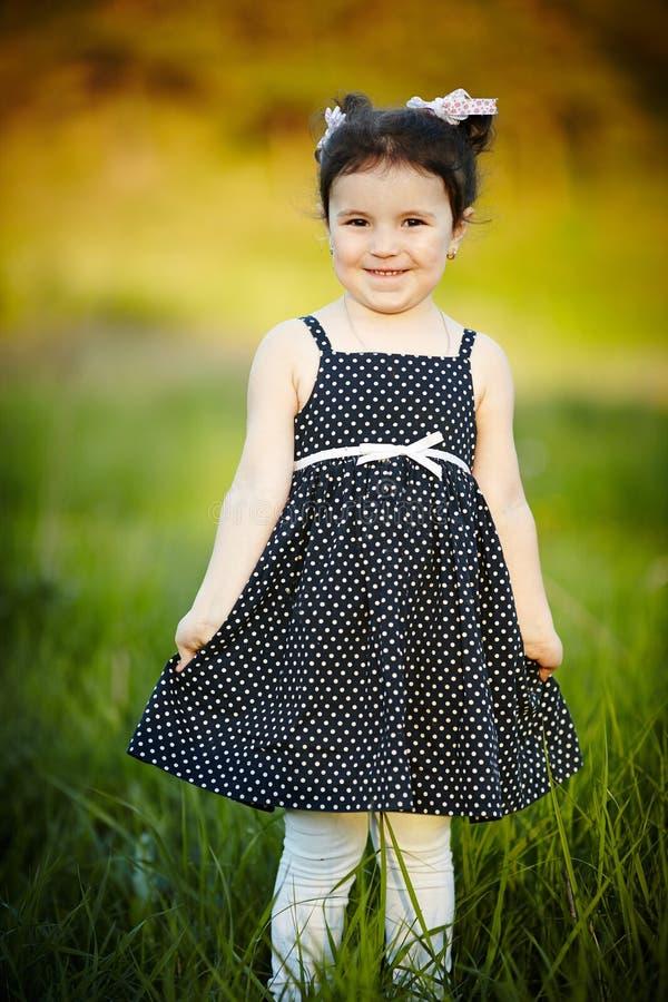 Pouca menina feliz do verão fotos de stock royalty free