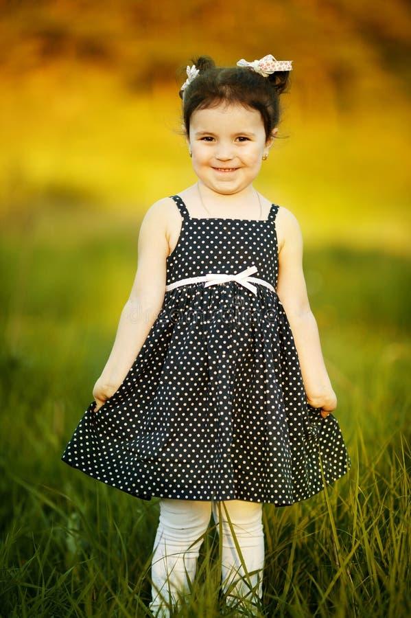 Pouca menina feliz do verão imagens de stock