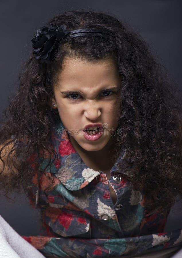 Pouca menina irritada moreno fotos de stock royalty free