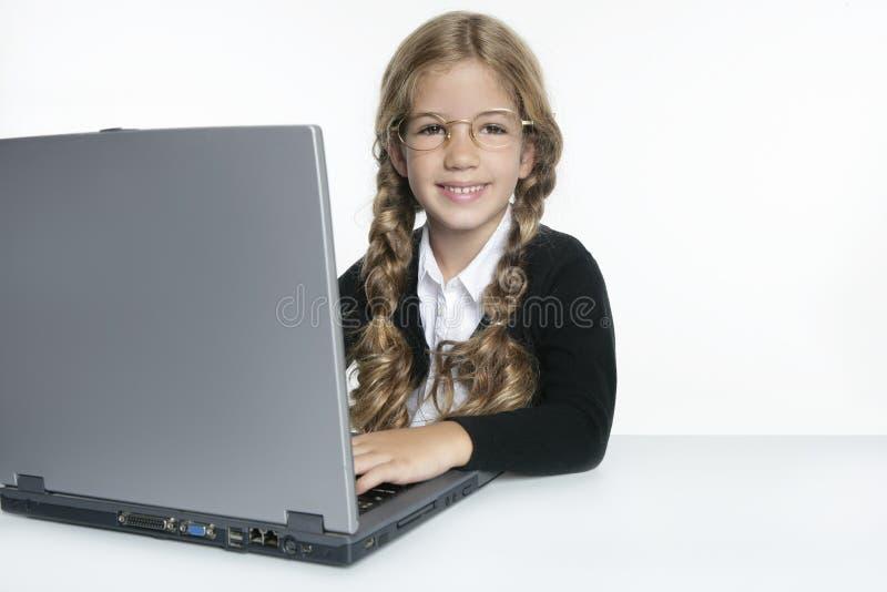 Pouca menina loura da escola com portátil foto de stock royalty free