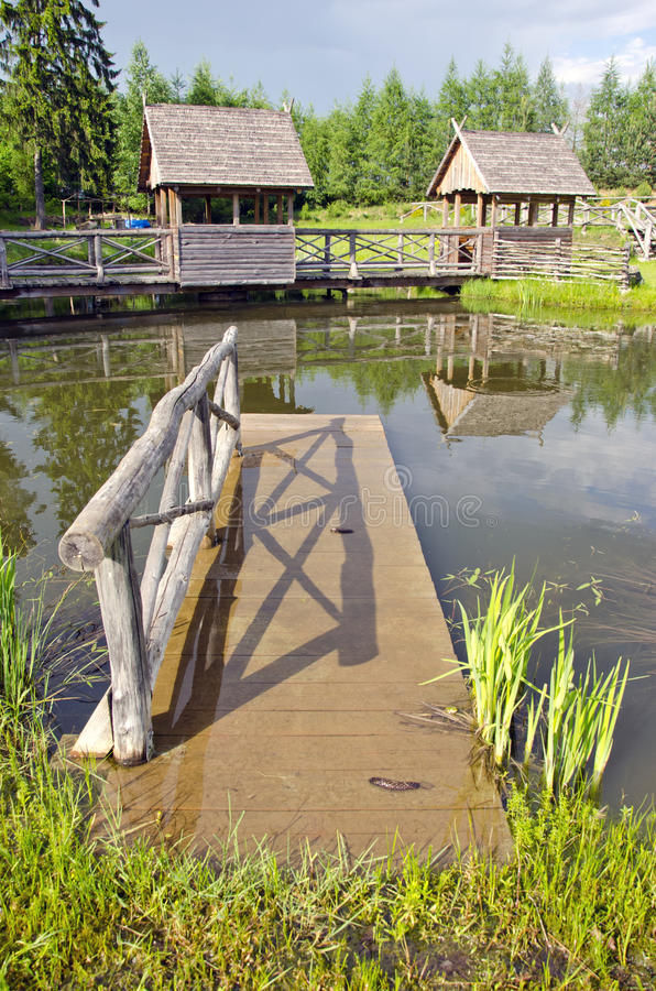 Pouca ponte de madeira na lagoa do recurso imagem de stock royalty free