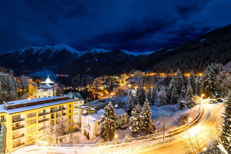 Pouca vila na noite durante o inverno nos cumes fotografia de stock