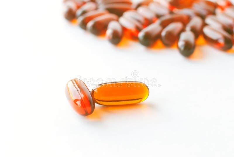 Poucas c?psulas das lecitina isoladas no fundo branco Comprimidos naturais foto de stock