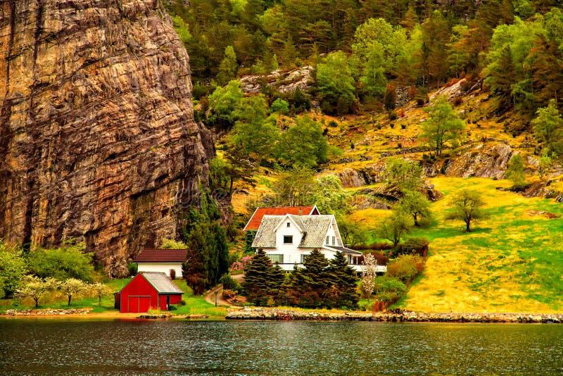 Poucas casas coloridas entre o mar e os penhascos foto de stock royalty free