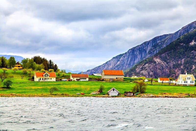 Poucas casas com o telhado colorido na costa do mar fotografia de stock