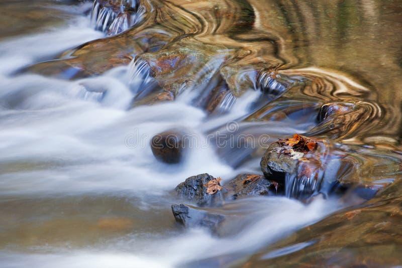 Poucas reflexões do rio foto de stock