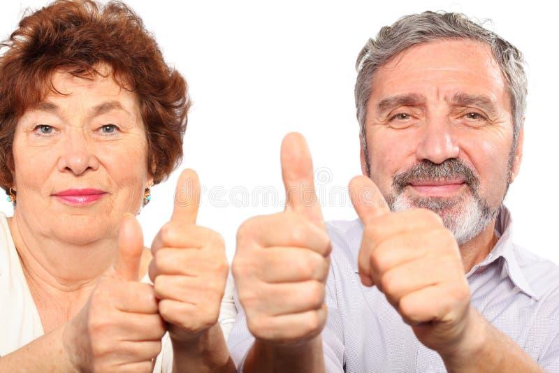 Pouce aîné de sourire d'exposition de couples photographie stock