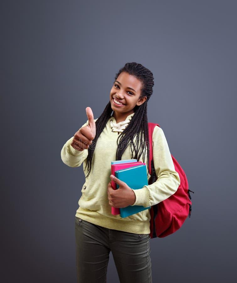 Pouce afro-américain d'exposition d'écolier pendant l'année scolaire commençante images stock