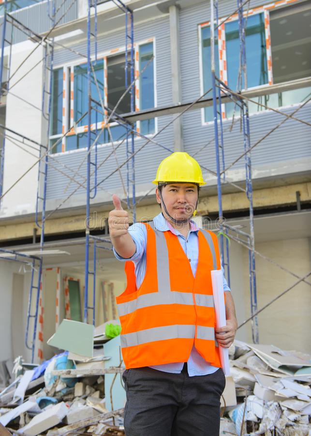 Pouce asiatique d'agent de maîtrise au chantier de construction images stock