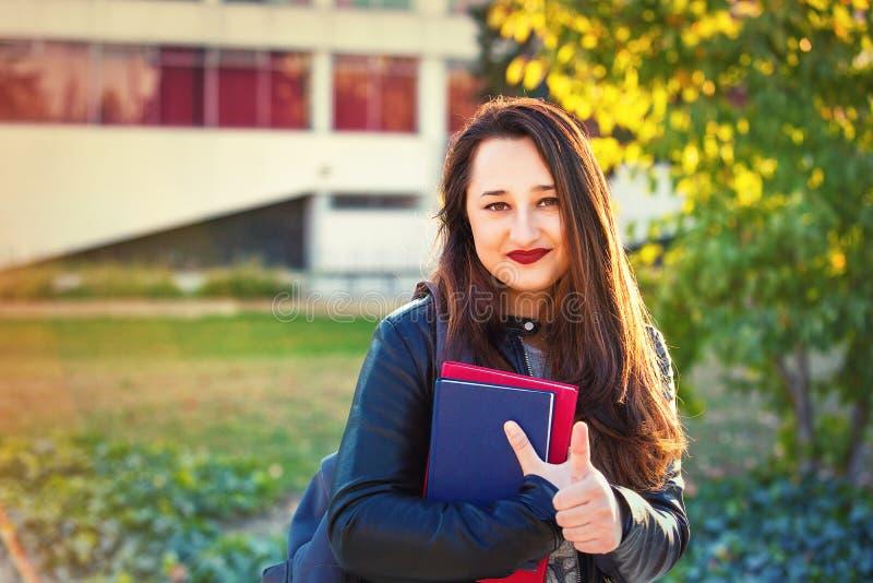 Pouce d'étudiant vers le haut photo libre de droits