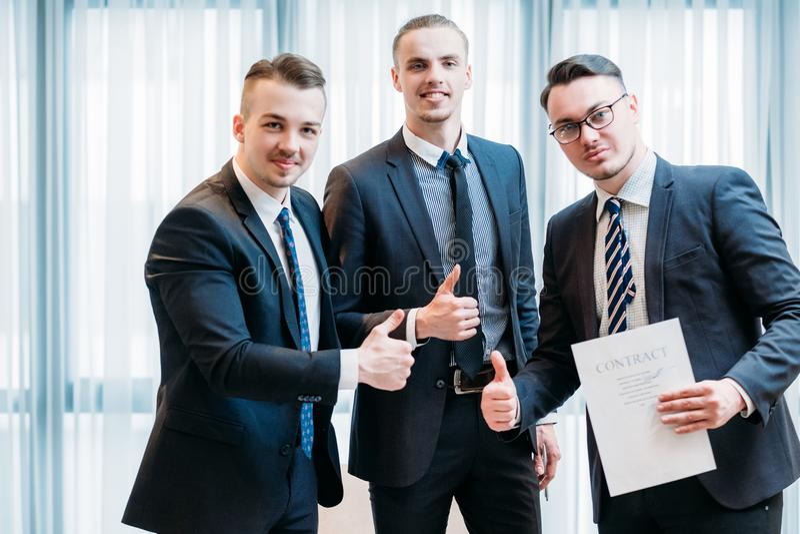 Pouce d'affaires de contrat d'affaire de travail d'équipe de succès  photographie stock libre de droits