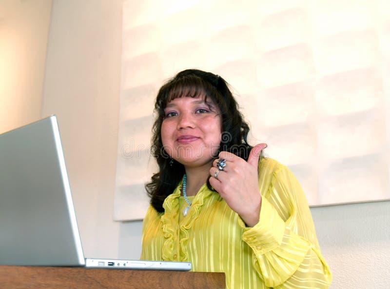 Pouce de femme de Natif américain vers le haut image libre de droits