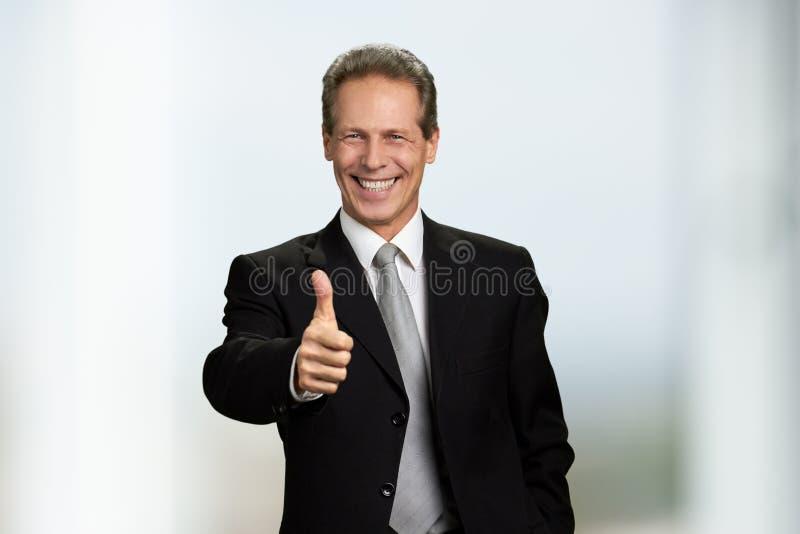 Pouce heureux d'apparence d'homme d'affaires vers le haut de signe photo libre de droits