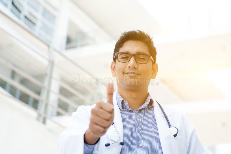 Pouce indien asiatique de médecin  images libres de droits