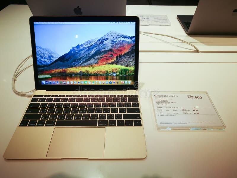Pouces de livre de Mac d'ordinateur portable pro 13 avec le clavier de langue thaïlandaise sur la table blanche dans un magasin d image libre de droits
