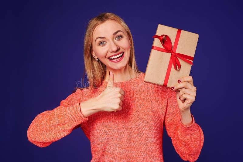 Pouces de participation blonde heureuse actuels et d'apparence  photographie stock
