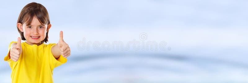 Pouces de sourire de succès de petite fille d'enfant d'enfant jeunes vers le haut de bannière positive de l'espace de copie de co photographie stock libre de droits