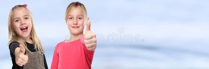Pouces de sourire de succès de petites filles d'enfants d'enfants jeunes vers le haut de bannière positive de l'espace de copie d photos libres de droits
