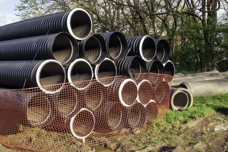 18 pouces ont ridé les tuyaux en plastique empilés pour un projet de construction images stock