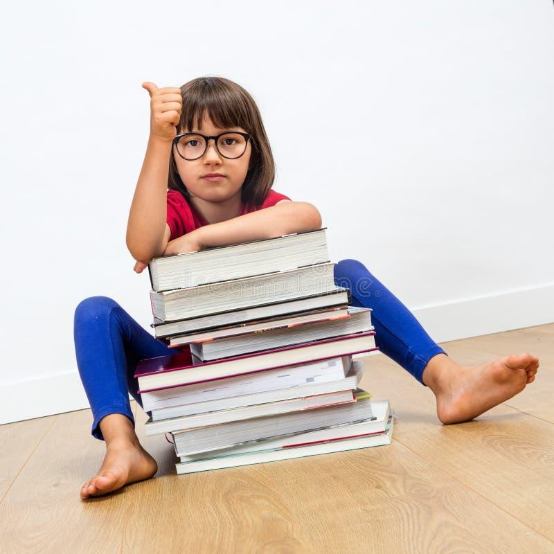 Pouces pour les livres futés d'éducation et de lecture pour l'enfant photographie stock