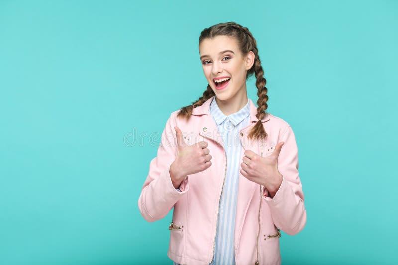 Pouces satisfaisants  portrait de la belle fille mignonne tenant des WI images libres de droits