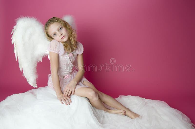 Pouco anjo empoleirado foto de stock