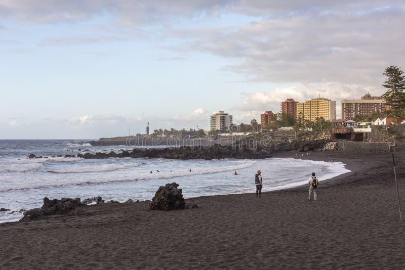 Pouco arena da praia na cidade de Puerto de Santiago, Tenerife, Ilhas Canárias, Espanha Puerto de la Cruz, Tenerife, Ilhas Canári fotos de stock royalty free