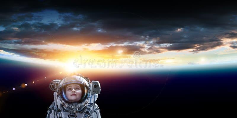 Pouco astronauta feliz no espa?o imagem de stock royalty free